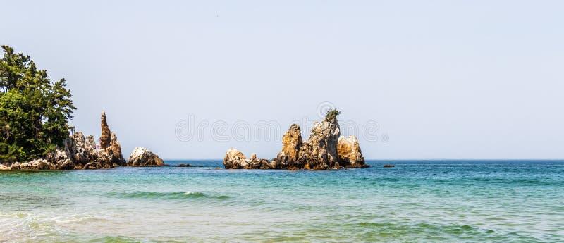 Панорама утеса подсвечника, корейского Chotdaebawi с зажимами и береговой линией Donghae, провинция Gangwon, Южная Корея, Азия стоковое изображение
