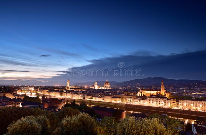 Панорама Флоренса, Италия Собор, горизонт на голубом часе, scape города ночи стоковое фото rf