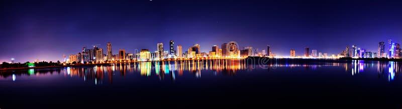 Панорама Шарджи карниза Buheirah на ноче стоковые изображения rf