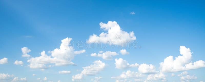Панорама ясного голубого неба с белой предпосылкой облака стоковая фотография rf