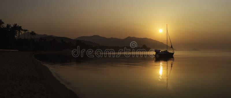 Панорама яхты плавания на заходе солнца на острове Pha Ngan Koh, пляже Sala ремня, Таиланде стоковые фото
