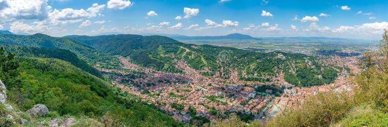 Панорама Brasov на солнечный летний день от горы Тампа в Brasov, Румынии стоковое изображение