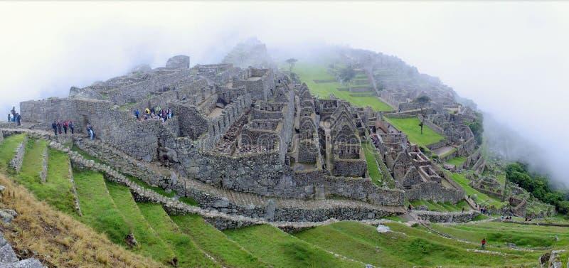 Панорама Machu Picchu в тумане стоковые изображения