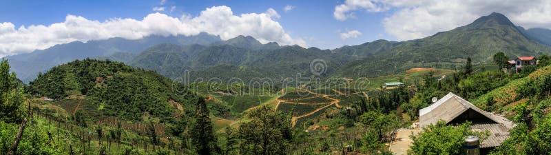 Панорама Majestuous на горах около sapa, на пути к пропуску тонны трамвая, sapa, Lao Cai, Вьетнам стоковые изображения rf