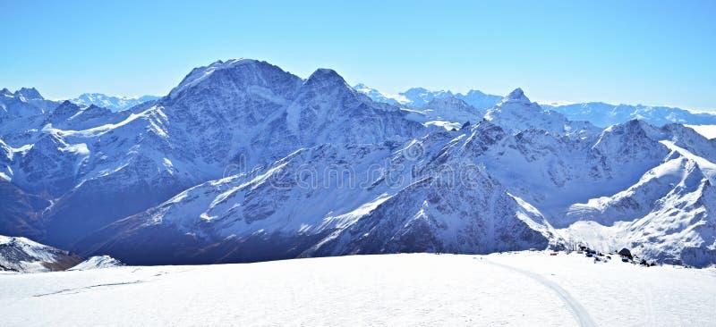 Панорама Mount Elbrus горы Snowy стоковая фотография rf