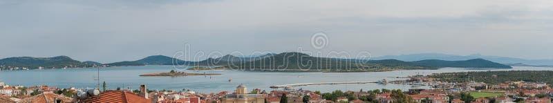 Панорама Seascape touristic городка, острова Cunda Alibey, Ayvalik Это малый остров в никаком стоковые фото