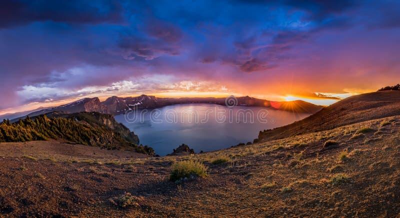 Панорама Sunburst над озером кратер стоковое изображение rf