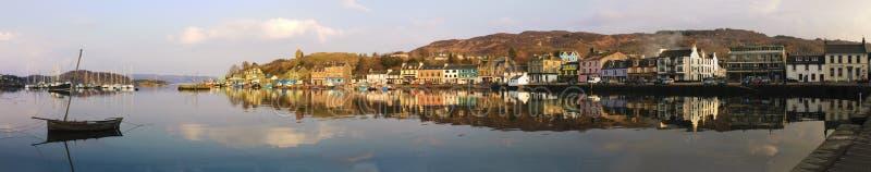 Панорама Tarbert в Шотландии на заходе солнца стоковые изображения