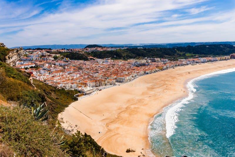 Панорамная береговая линия ландшафта Атлантического океана Пляж riviera Nazare взгляда стоковые изображения rf