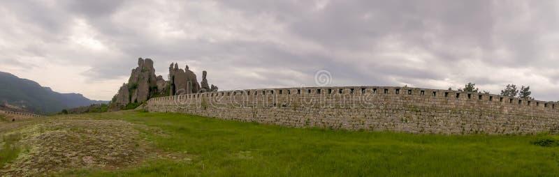 Панорамная перспектива на естественной крепости на утесах Сербии Belogradchik стоковая фотография rf
