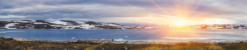 Панорамная съемка красивой сцены восхода солнца над горой стоковые фото
