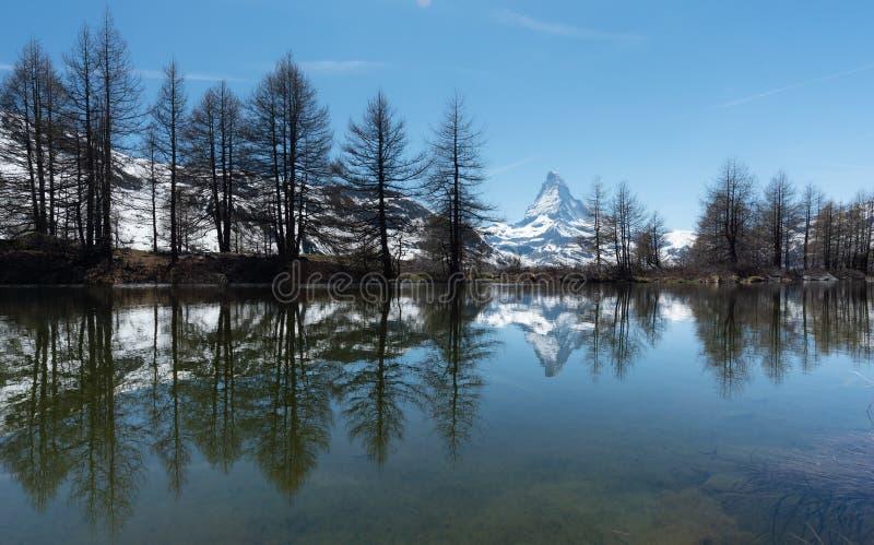Панорамное озеро с горой Маттерхорна, швейцарскими Альп в Zermatt, Швейцарии стоковые фото