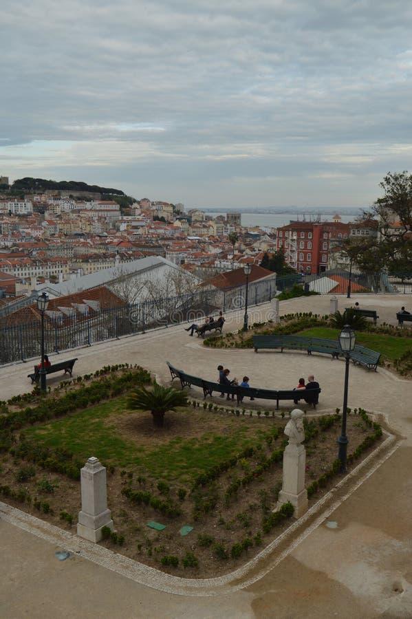 Панорамные виды района Alfama Лиссабона и San Pedro De Alcantara Сада в Лиссабоне Природа, архитектура, история, стоковые изображения