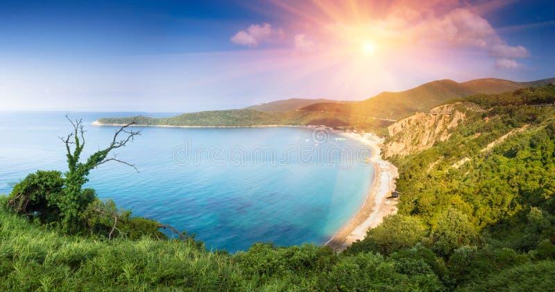Панорамный ландшафт скалистого моря береговой линии и Jaz приставают к берегу на солнечности Budva, Черногори стоковые изображения rf