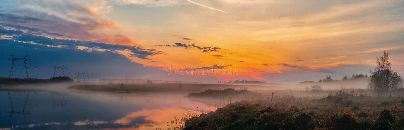 Панорамный взгляд восхода солнца над озером, красивого ландшафта с туманом утра, захватывающего восхода солнца лета Красота natu стоковые фотографии rf