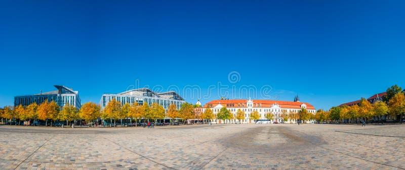 Панорамный взгляд главного квадрата в Магдебурге, квадрате купола, котом стоковые изображения