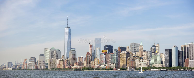 Панорамный взгляд горизонта Нью-Йорка, взгляд Манхаттана от статуи свободы New York City, США стоковая фотография