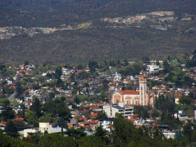 Панорамный взгляд города Ла Falda, Cordoba, Аргентины, со своей церковью стоковые фото