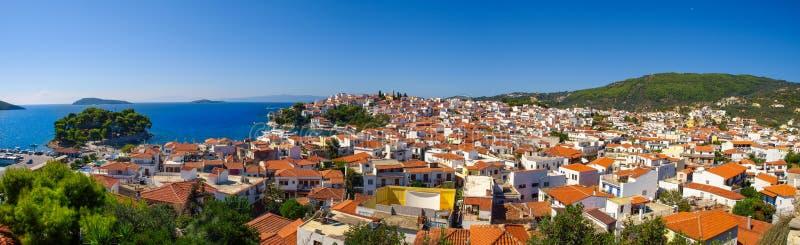 Панорамный взгляд города Skiathos, остров Skiathos, Греция стоковое изображение rf