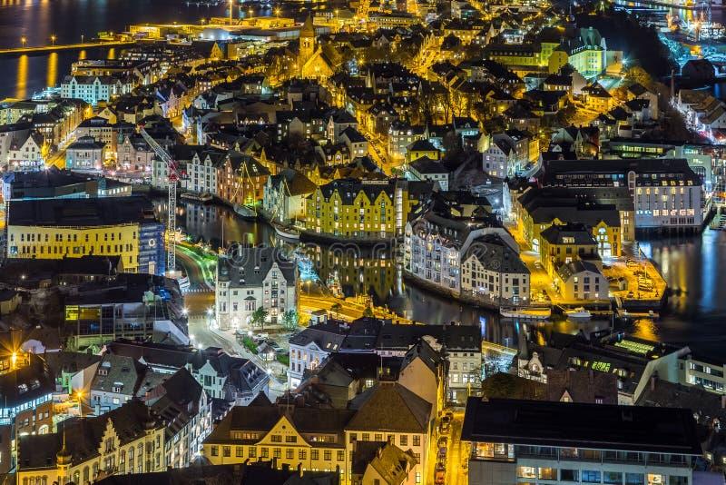 Панорамный взгляд городка Alesund к ноча от холма Aksla стоковые фото