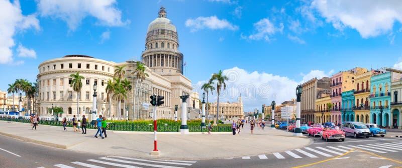 Панорамный взгляд городской Гаваны с зданием капитолия и классическими автомобилями стоковая фотография rf