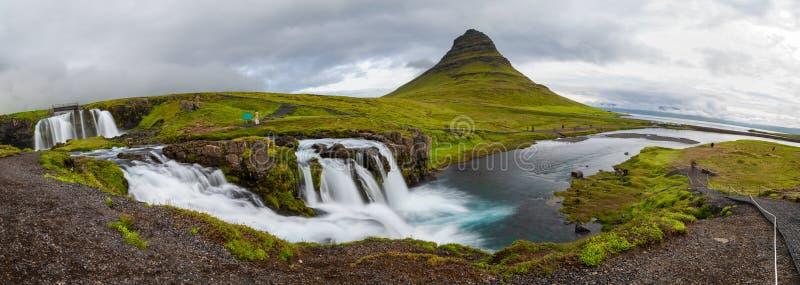 Панорамный взгляд горы в пасмурном дне, Исландии Kirkjufellfoss и Kirkjufell стоковое изображение rf
