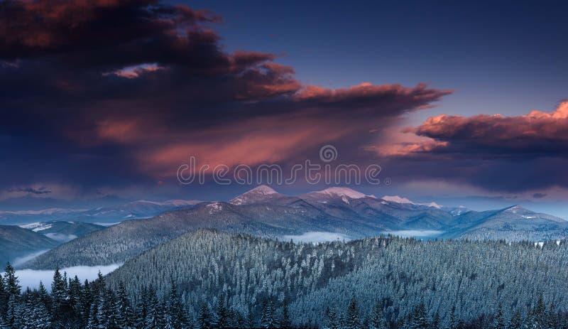Панорамный взгляд драматического захода солнца в горах зимы стоковая фотография