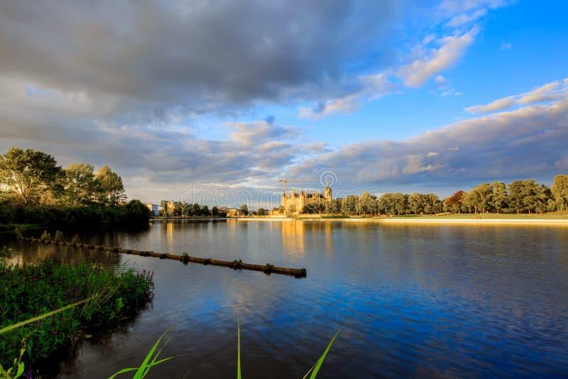 Панорамный взгляд замка Шверина стоковые фотографии rf