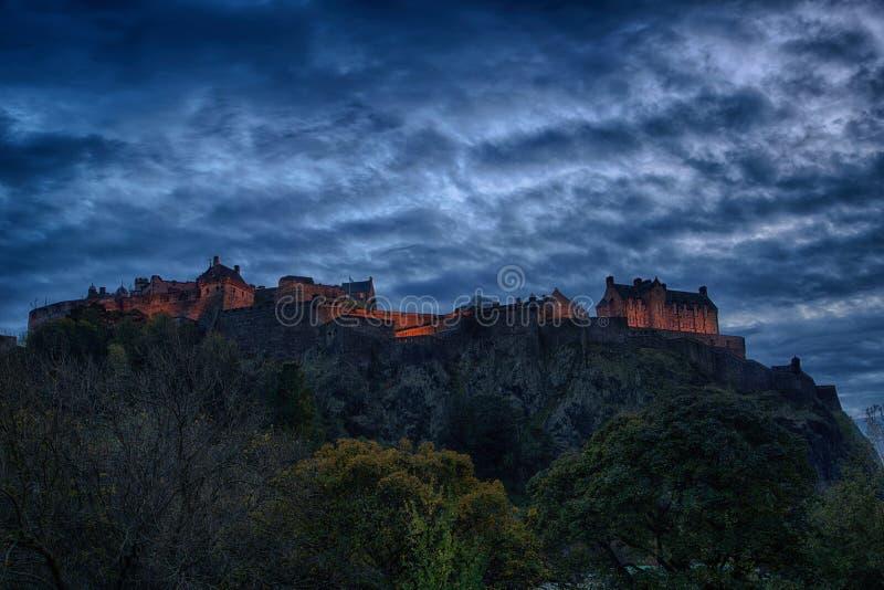Панорамный взгляд замка Эдинбурга на ноче стоковые фотографии rf