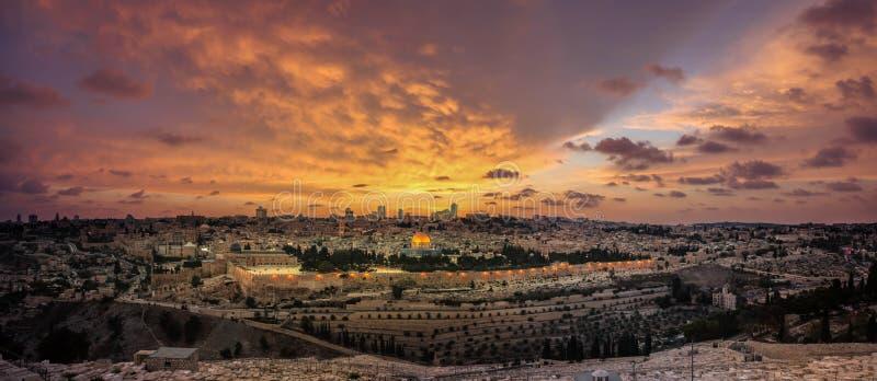 Панорамный взгляд захода солнца города и Temple Mount Иерусалима старых от Mount of Olives стоковое фото rf