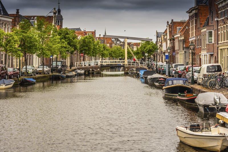 Панорамный взгляд канала в центре Алкмара Нидерландская Голландия стоковые фото