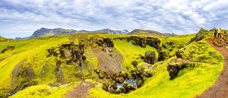 Панорамный взгляд каскада малых водопадов приближает к огромному Skogarfo стоковые фото