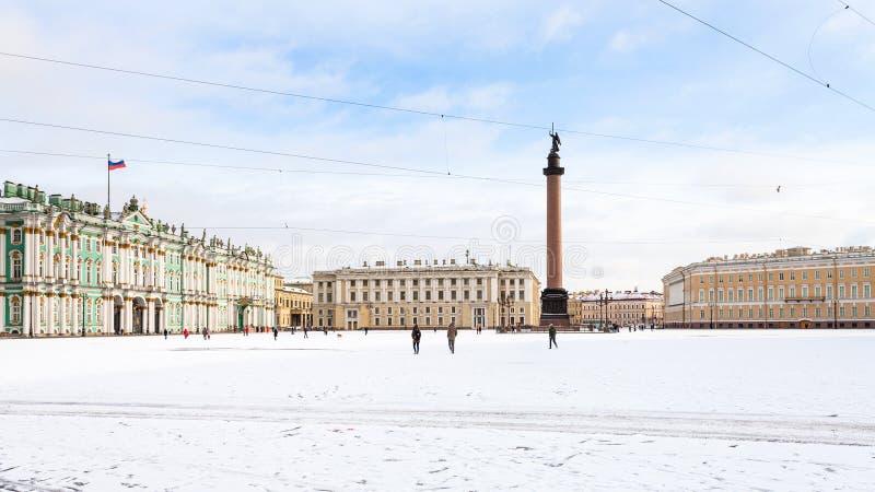 панорамный взгляд квадрата дворца снега-coverd стоковые изображения