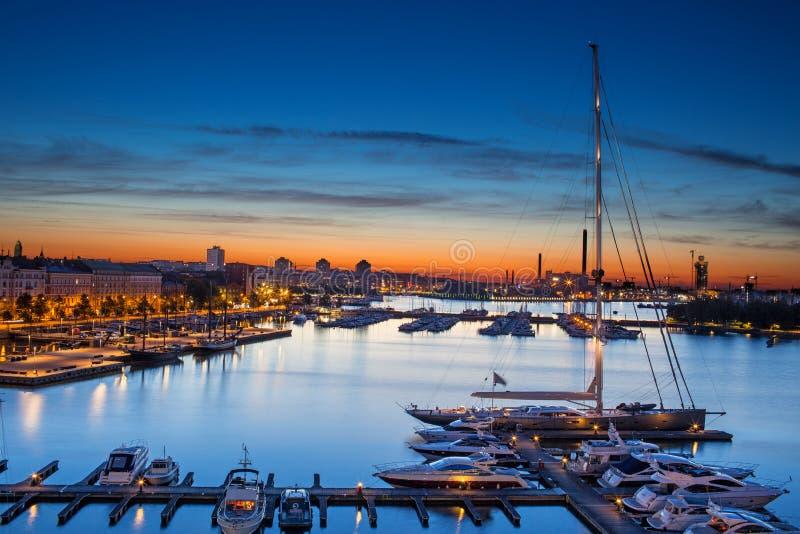 Панорамный взгляд красивого голубого и оранжевого неба Хельсинки стоковые фото