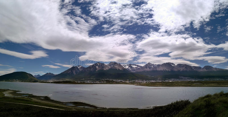 Панорамный взгляд к озеру, горам и городку Ushuaia стоковое изображение rf