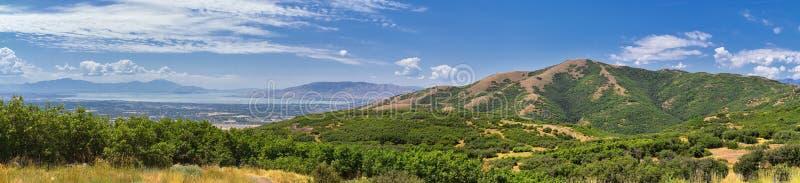Панорамный взгляд ландшафта от горы Travers Provo, Utah County, озера Ют и гор Уосата передних скалистых, и Cloudscape стоковая фотография