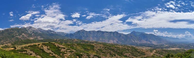 Панорамный взгляд ландшафта от горы Travers Provo, Utah County, озера Ют и гор Уосата передних скалистых, и Cloudscape стоковое изображение rf