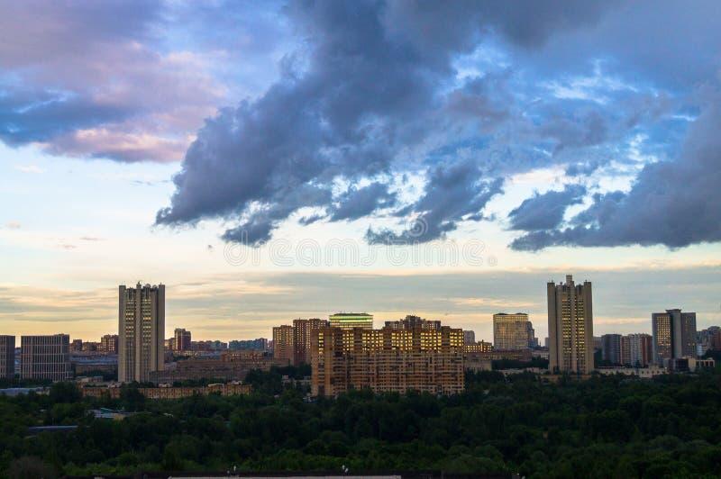 панорамный взгляд лета Драматическое бурное небо над экологически дружелюбным удобным жилым районом в Москве стоковое фото