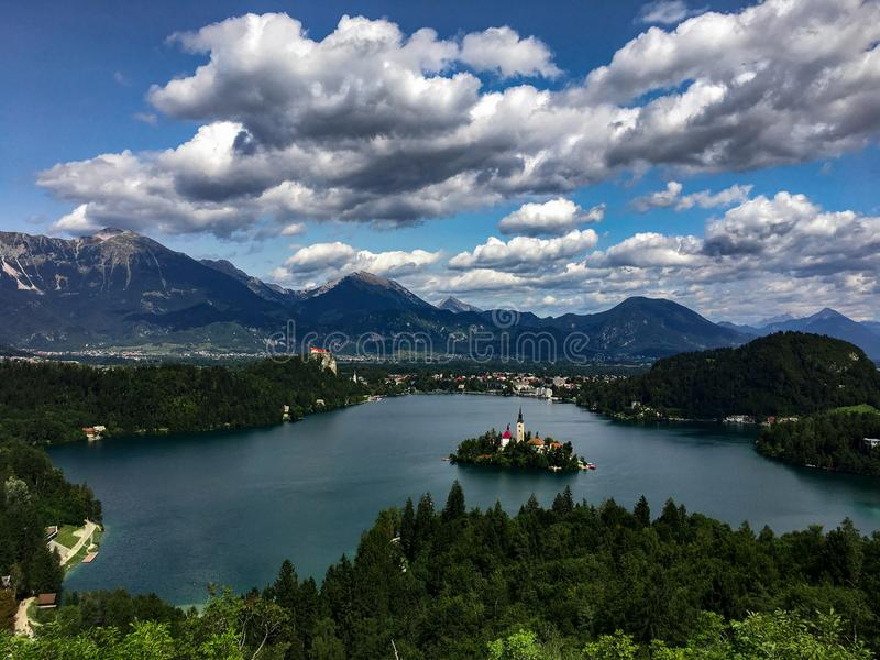 Панорамный взгляд над кровоточенным озером, Solvenia стоковое фото