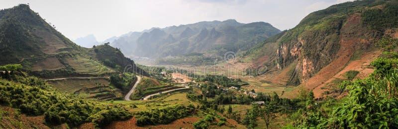 Панорамный взгляд на величественных горах вокруг Дуна Van, провинции Ha Giang, Вьетнама стоковое изображение rf