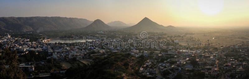 Панорамный взгляд на заходе солнца Pushkar и холмах Aravalli от виска Mochani Gayatri пюре, Pushkar, Раджастхана, Индии стоковые фотографии rf