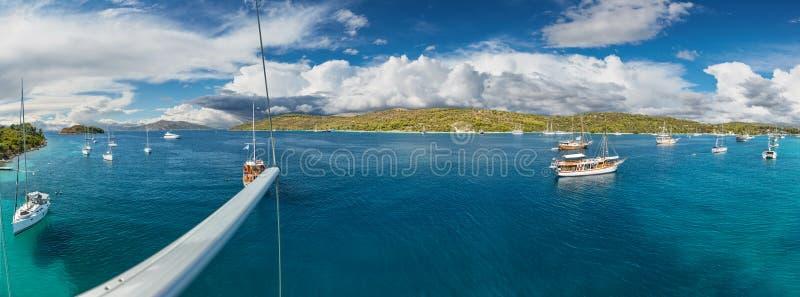 Панорамный взгляд на красивом адриатическом заливе с яхтами стоковые изображения rf