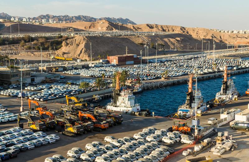 Панорамный взгляд на порте груза и новых автомобилях для продажи в Eilat, Израиле стоковая фотография