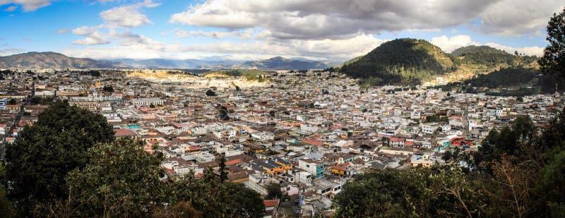 Панорамный взгляд на Quetzaltenango, приходя вниз от Cerro Quemado, Quetzaltenango, Altiplano, Гватемала стоковая фотография rf