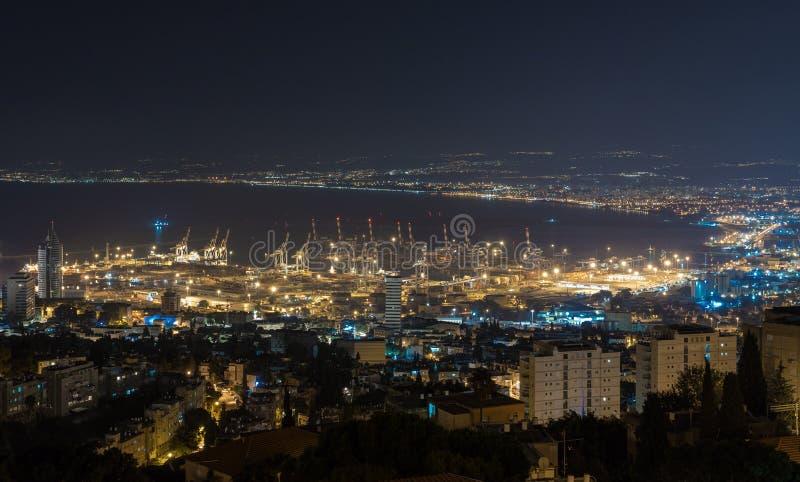 Панорамный взгляд ночи центра города Хайфы, порт Хайфы, Средиземное море и Хайфа преследуют с окружающими пригородами стоковое фото