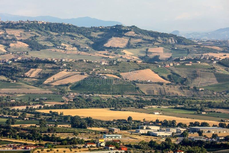 Панорамный взгляд оливковых рощ и ферм на Rolling Hills Абруццо стоковое фото