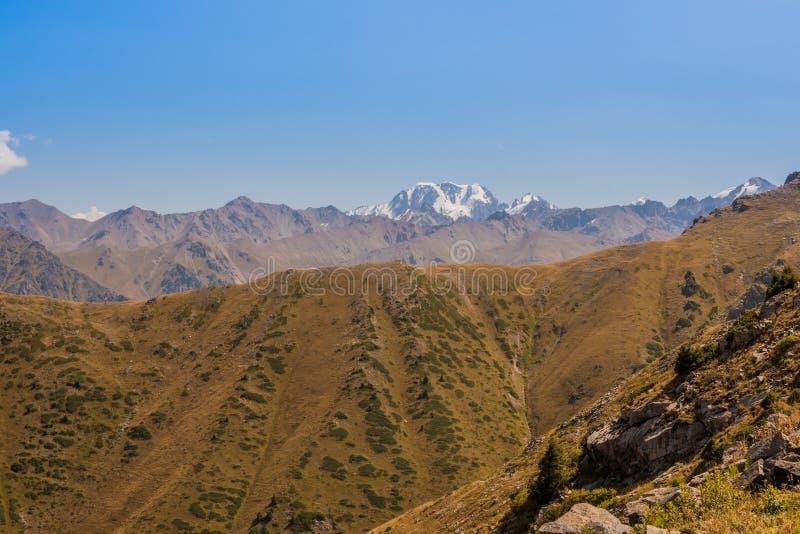 Панорамный взгляд пика Talgar Ландшафт горы в Kaza стоковые изображения rf