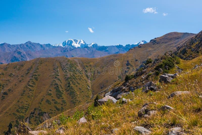Панорамный взгляд пика Talgar Ландшафт горы в Kaza стоковое фото rf