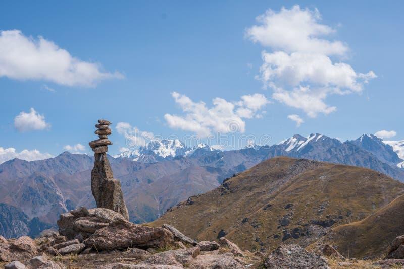 Панорамный взгляд пика Talgar от пика Furmanov в Al стоковые фотографии rf