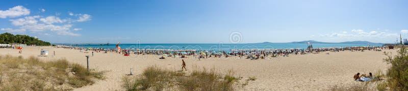 Панорамный взгляд пляжа города песочного общественного стоковое изображение rf
